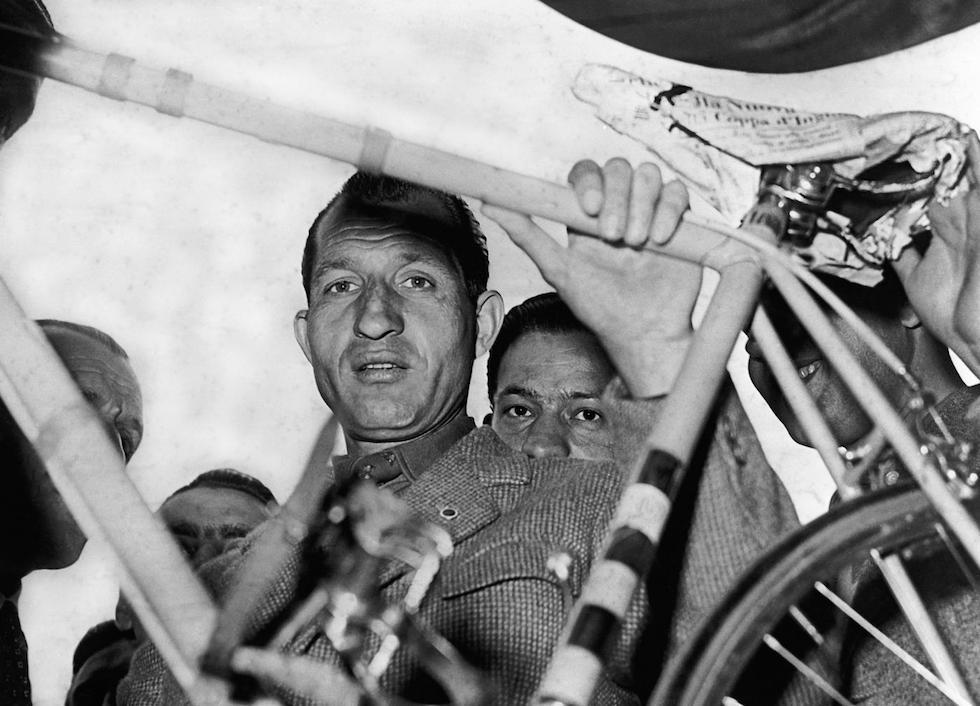 Gino Bartali punzonatura della Milano-Sanremo, nel marzo del 1952 (© LaPresse)