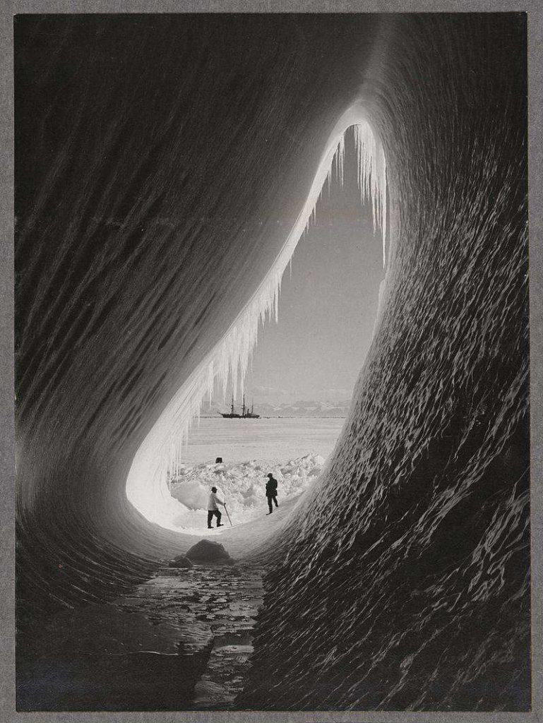1911: Antarktiszi expedíció egy jéghegy belsejéből fotózva