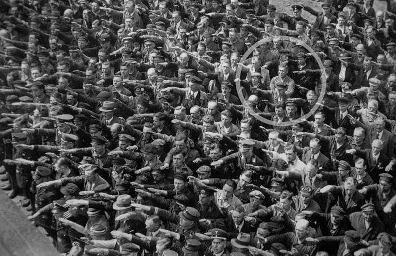 1936: Egy ember nem emeli a kezét