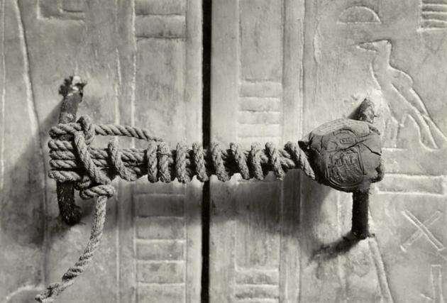 3245 év után mindjárt feltörik a Tutanhamon sírját őrző pecsétet 1922-ben